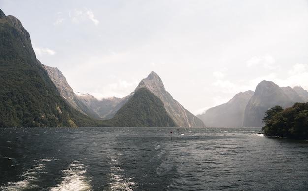 뉴질랜드에서 낮에 햇빛 아래 밀포드 사운드의 풍경