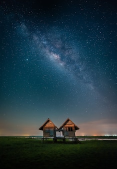 Пейзаж млечного пути над заброшенным домом-близнецом возле дороги chalerm phra kiat в thale noi, phatthalung, таиланд