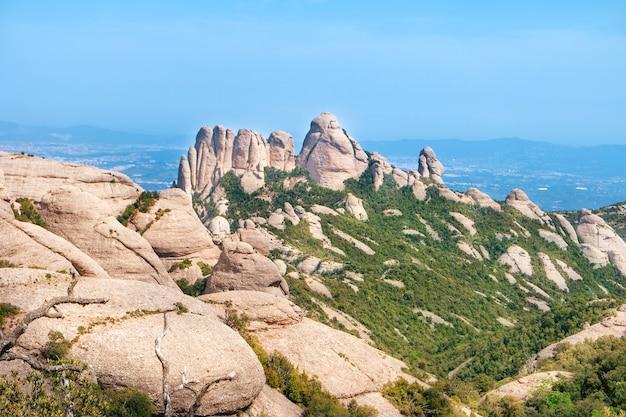 スペイン、バルセロナの近くの岩のあるモンセラート山の風景