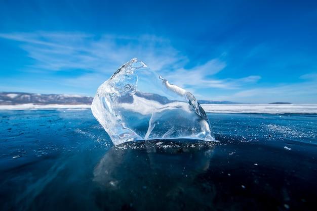 Пейзаж естественного разрушения льда в замерзшей воде на озере байкал, сибирь, россия.