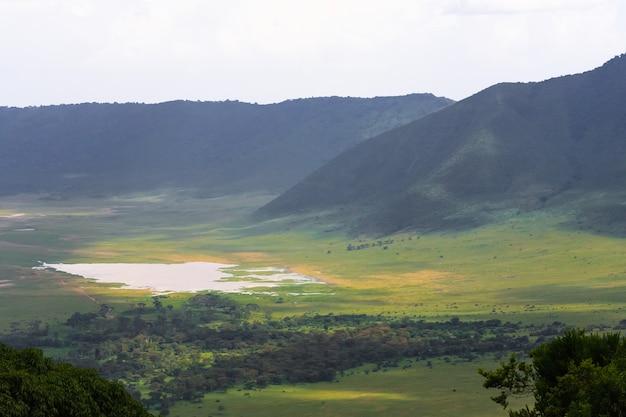Пейзаж кратера нгоро-нгоро. озеро и холм внутри кратера. танзания, африка