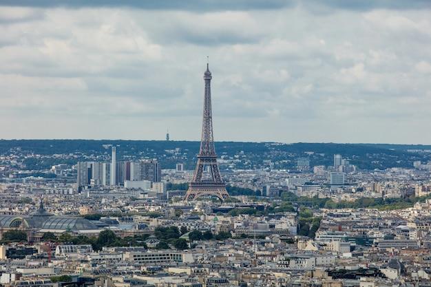 Пейзаж парижа с прекрасным видом с вершины городских кварталов эйфелевой башни