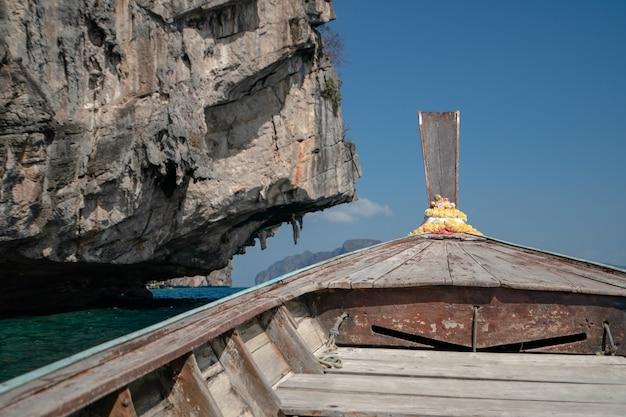 旅行用のロングテールボートがあるピピレー島の風景。アンダマン海、クラビ、プーケットタイ。