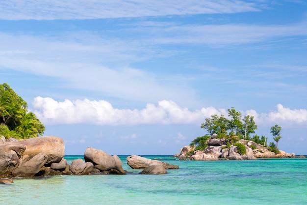 岩の山と島の風景