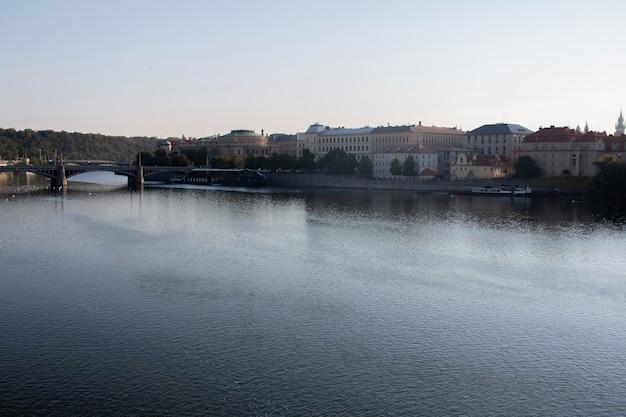 Пейзаж праги. панорамный вид на реку влтава в праге осенью