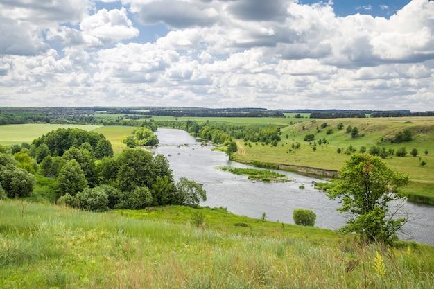 Пейзаж реки и холмов