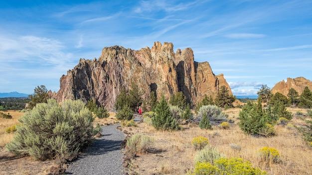 米国、テルボンヌの青い空の下、スミスロック州立公園の岩と緑の風景
