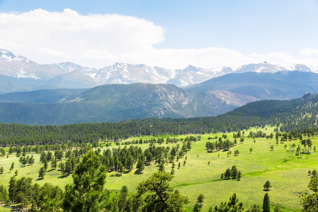 Панорамный вид на пейзаж национального парка роки-маунтин, колорадо, сша
