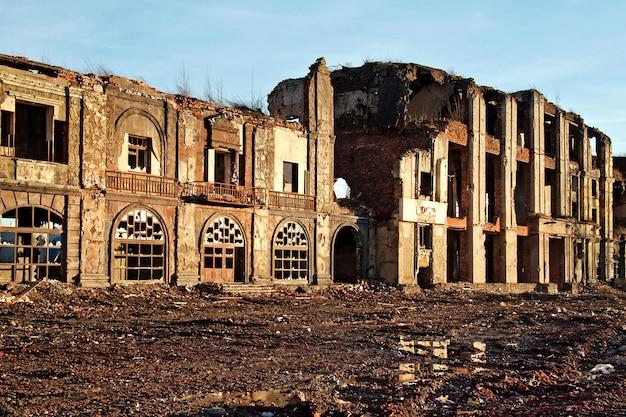 일몰에서 파괴 된 건물의 풍경, 부패 또는 자연 재해의 이미지.
