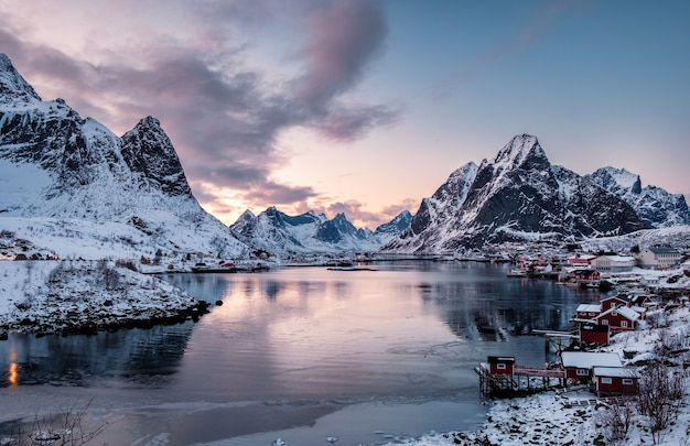 日没時の海岸線、レーヌ、ロフォーテン諸島、ノルウェーの谷のスカンジナビアの村の風景