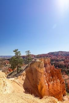 Пейзаж живописного национального парка брайс-каньон в солнечный день. юта, сша