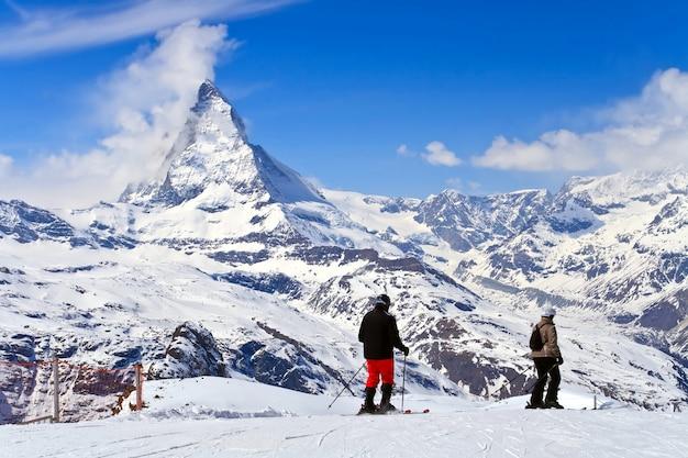 스위스의 Gornergrat에 위치한 Toblerone 초콜릿의 스키와 마테호른 피크의 풍경 프리미엄 사진