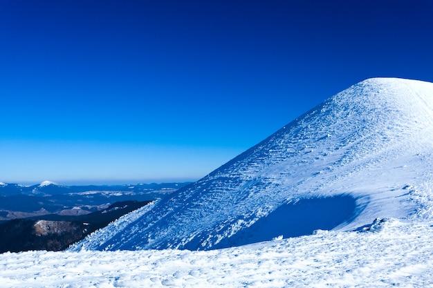 囲まれた雪の冬の谷の風景