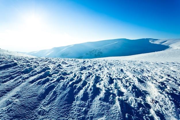 雪の冬の谷の風景