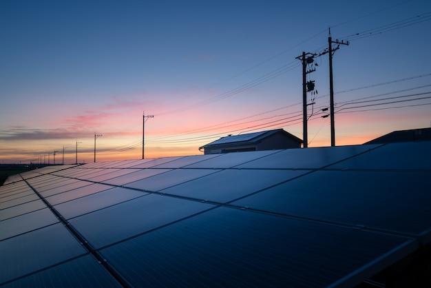 Пейзаж солнечной фермы на закате