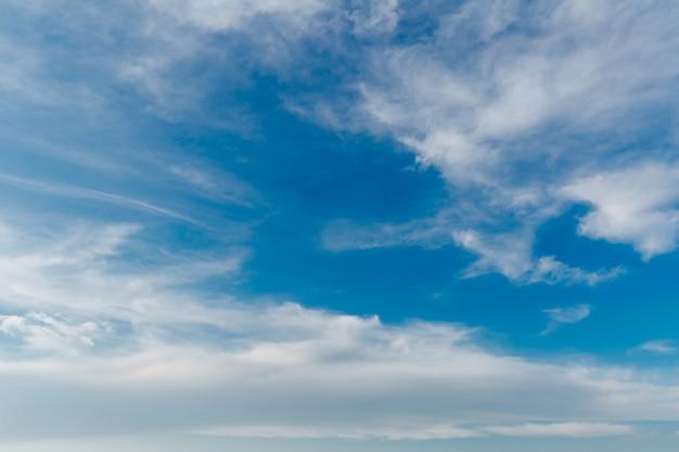 Пейзаж растянутых облаков белого света на фоне голубого неба