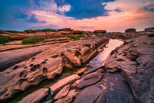 タイでは見られないウボンラーチャターニーのサンパンボークウボンの夕日の風景。タイのグランドキャニオン。