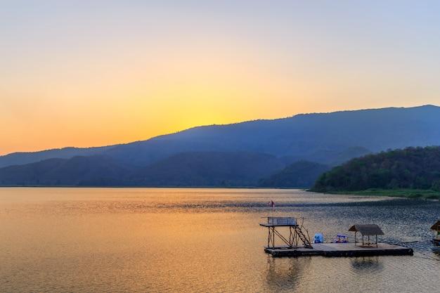 Пейзаж заката на горе в озере, сукхотай, таиланд