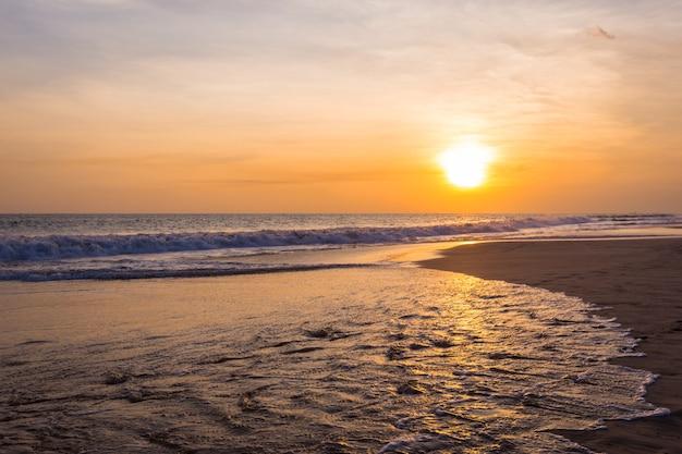 Пейзаж заката на пляже