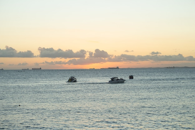 背景にボートや船と夕日の風景