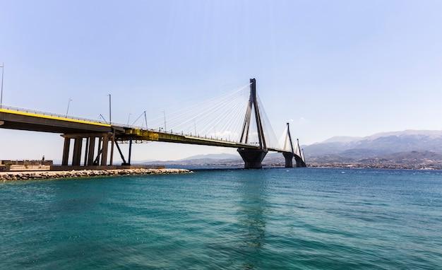 Пейзаж подвесного моста через океан