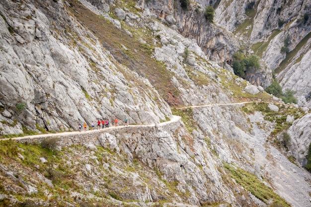 Пейзаж маршрута cares в пикос-де-эуропа. между кантабрией, астурией и кастилией