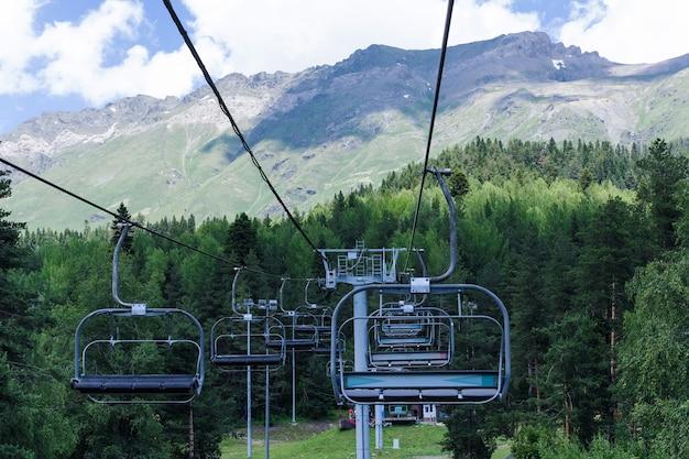 Пейзаж кавказских гор с кресельной канатной дорогой архыз