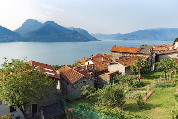 Пейзаж итальянской деревни на озере комо