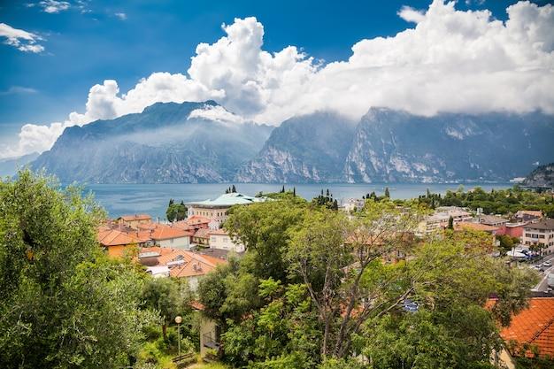 Пейзаж озера гарда из небольшой деревни торболе, италия