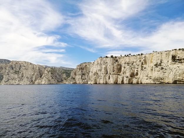マルセイユの日光の下で海に囲まれたカシフ山の風景