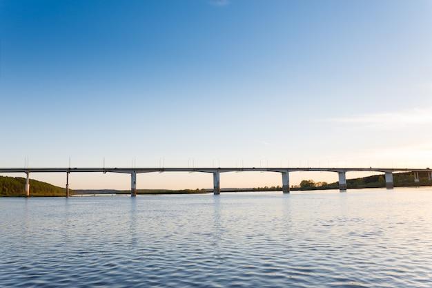 Пейзаж реки и моста на закате