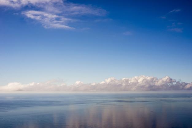 포르투갈의 물에 반영하는 구름과 햇빛 아래 바다의 풍경