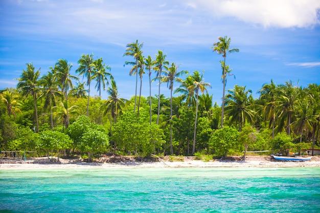 Пейзаж тропического островного пляжа с прекрасным голубым небом