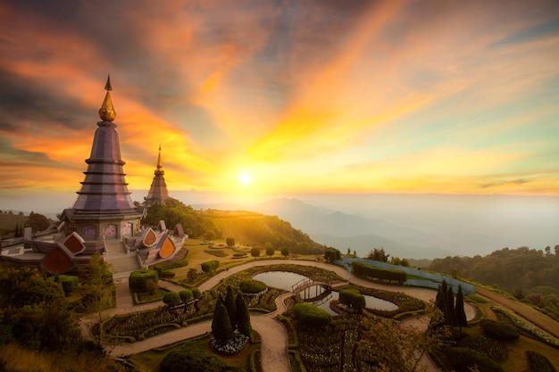 일몰, 치앙마이, thailand.inthanon 산에서 inthanon 산에서 두 탑의 풍경은 태국에서 가장 높은 산입니다.