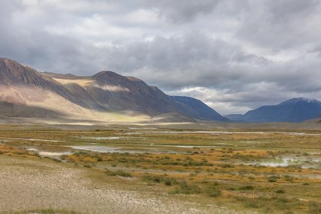 西モンゴル草原のなだらかな丘の谷の風景