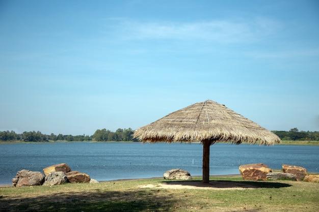 リラックスできる池や小屋の風景