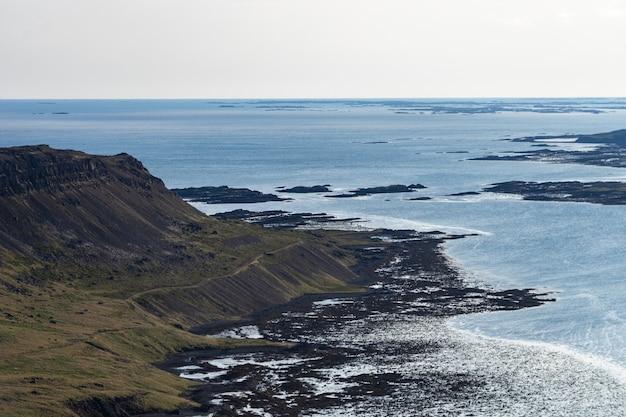 曇り空の西部フィヨルドの風景-アイスランド