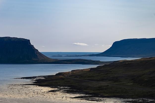 Пейзаж вест-фьорда с пасмурным небом - исландия.