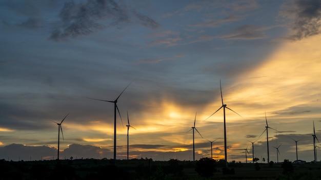 夕焼け空を背景にした風力タービンの風景。
