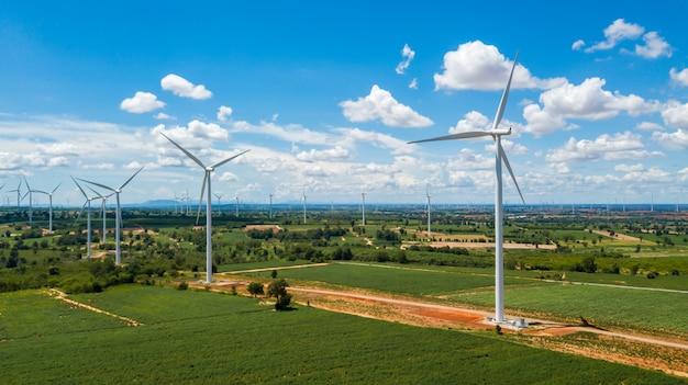 Пейзаж ветряных мельниц и голубого неба