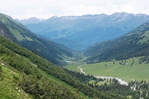 코카서스 산맥의 푸른 계곡 풍경