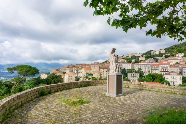 コルシカ島、夏の丘の上の城とカルビの町の美しい景色を風景します。