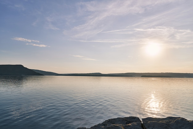 Пейзаж на воде и скалистом берегу.
