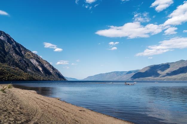 山の湖を見下ろす風景。ロシア、アルタイ、テレツコイ湖、キルセイ岬