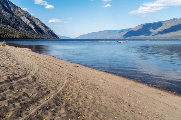 山の湖を見下ろす風景。ロシア、アルタイ、テレツコイ湖