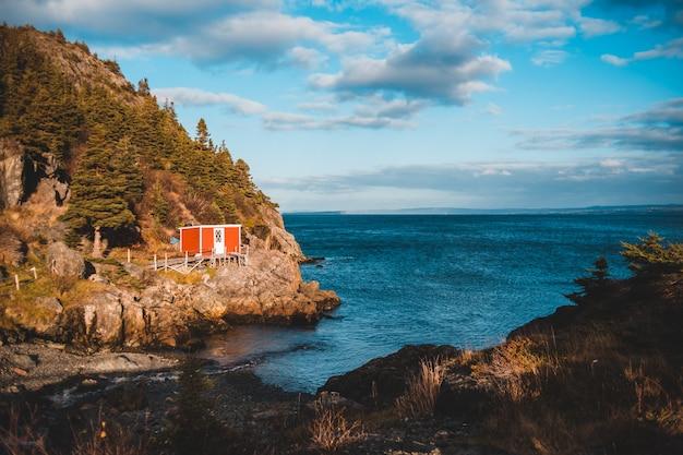 Foto di paesaggio della casa vicino al corpo idrico