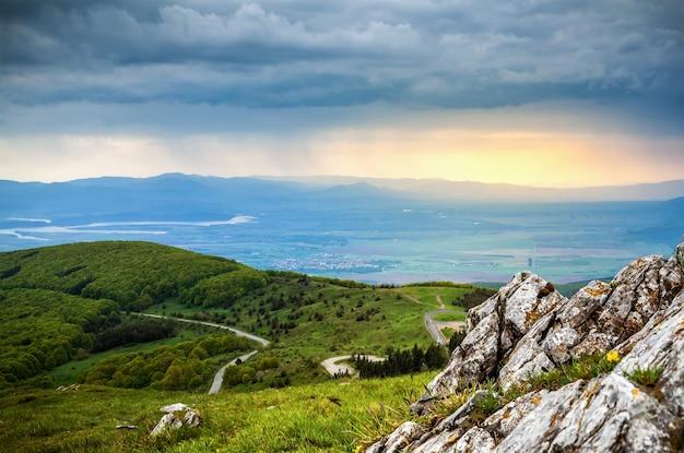 山の雨の風景写真。