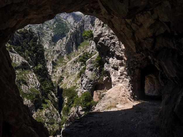 小さな洞窟から作られた風景写真