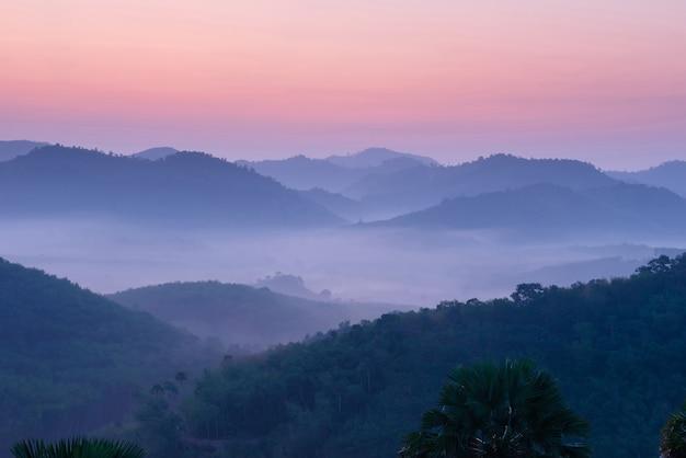 タイ南部ヤラ県のアトラクションの風景写真天の川全体美しい朝の霧、旅行に適しています。