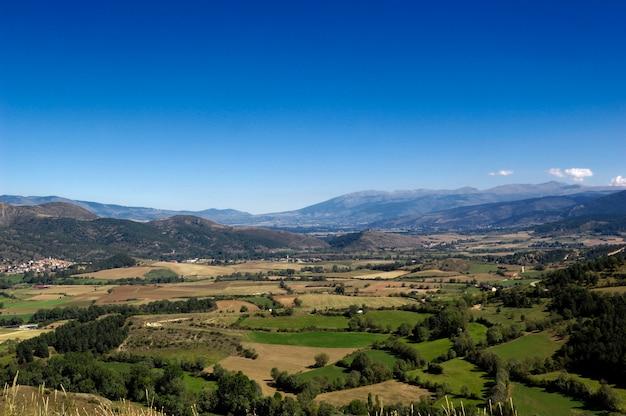 Пейзаж пиренейских гор из нас, лейда, провинция испания